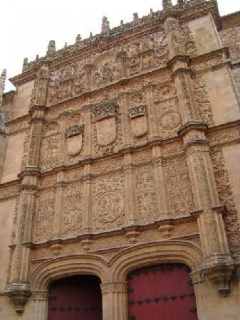 La fachada de la Universidad de Salamanca y su famosa rana